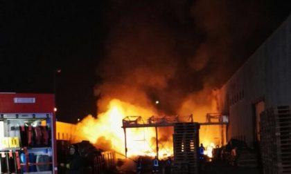 Agrate, incendio in un magazzino cinese