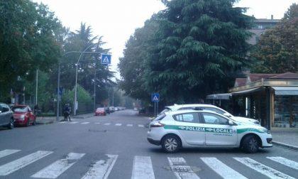 Auto finisce sul marciapiede a San Fruttuoso di Monza e investe quattro ragazzini delle medie