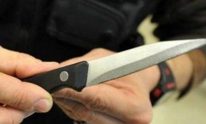 Biassono, sfonda finestra di casa e minaccia giovane con un coltello