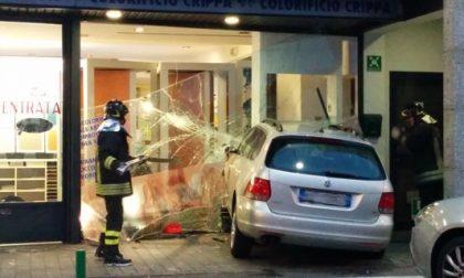 Busnago: pensionato sfonda vetrina al Globo