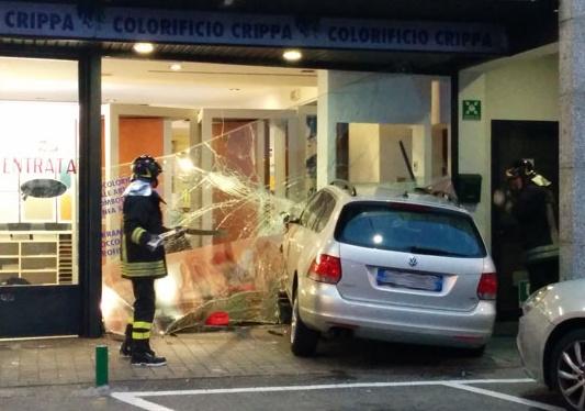 Busnago pensionato sfonda vetrina al globo giornale di for Colorificio monza