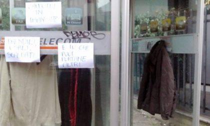Desio – Nella vecchia cabina telefonica vestiti e solidarietà