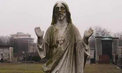 Desio - Vandalismo al cimitero, tranciate le mani a una statua