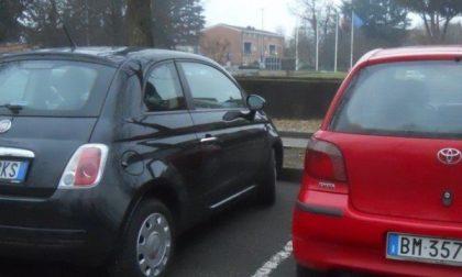 Giussano, dopo la multa si infuria e riga dieci auto nel parcheggio del Comune
