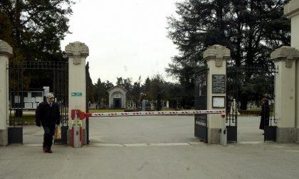 Incredibile al cimitero di Monza: arriva il corteo funebre, ma la fossa è nel punto sbagliato. Sepoltura sospesa