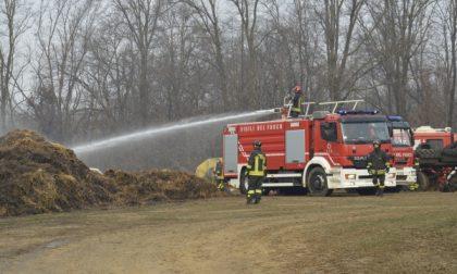 Lentate sul Seveso - Incendio a Birago, brucia una distesa di balle di fieno