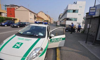Ventenne senza patente si schianta contro una concessionaria di Monza, poi finge il furto dell'auto