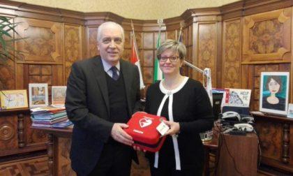"""Monza, """"Acsm Agam"""" dona un defibrillatore al Comune"""