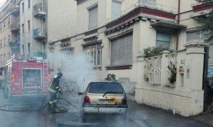 Monza, auto in fiamme in via Arosio. Pompieri in azione