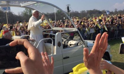Monza: il papa fra la folla al parco (VIDEO)
