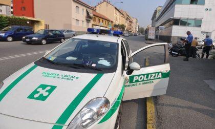 Monzese senza assicurazione centra un'auto per sfuggire agli agenti