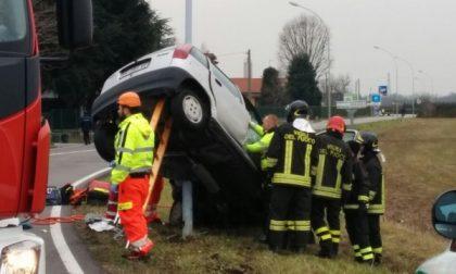 Roncello: l'auto decolla e finisce appesa a un palo, alla guida un minorenne – VIDEO