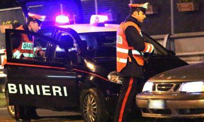 Rovescia tavoli e vassoi al McDonald's di Monza, poi aggredisce i Carabinieri