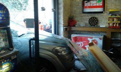 Seregno: auto entra… al bar (VIDEO)