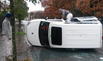 Seregno: schianto all'incrocio, furgone si ribalta