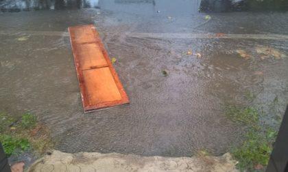 Seveso, con la pioggia via Prealpi diventa una piscina a cielo aperto