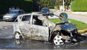 Usmate Velate, auto prende fuoco: paura in via della Brina