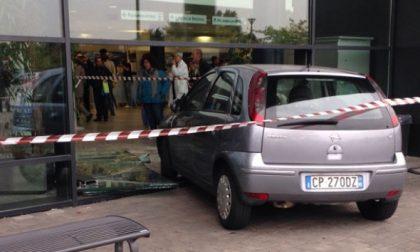 Vimercate: 85enne perde il controllo e sfonda le vetrate dell'Ospedale