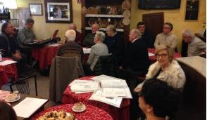 Vimercate – Al bar Marchesi canti di Natale con i clienti (VIDEO)