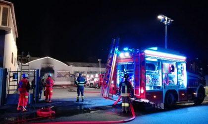 Monza: capannone pieno d'auto a fuoco a San Fruttuoso questa sera