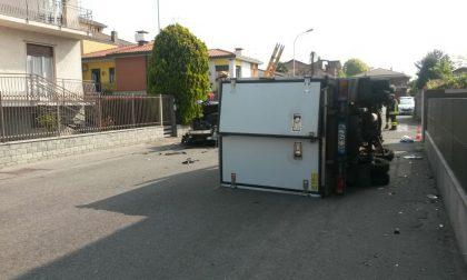 Seregno, incidente all'incrocio: camion frigo si ribalta