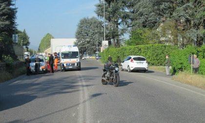 Motociclista cade dal mezzo: statale bloccata a Carnate