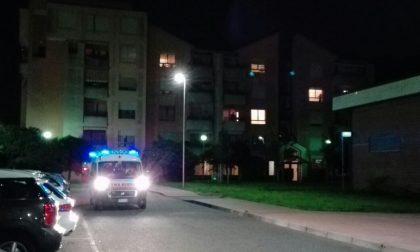 Monza, notti alcoliche nell'aiuola vicino all'Esselunga: arriva l'ambulanza