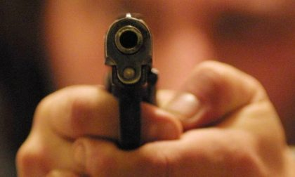 Pistola in faccia e rapinati