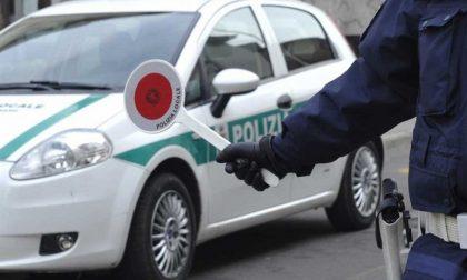 Ruba un'auto, provoca un incidente e tenta la fuga