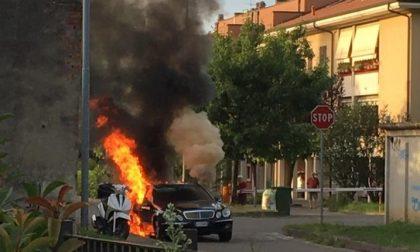 Monza, auto in fiamme a San Fruttuoso
