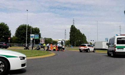 Incidente alla rotonda del Brianteo: grave motociclista, traffico in tilt