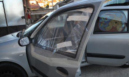 Folle in azione: rompe i finestrini delle auto e trancia i cavi elettrici