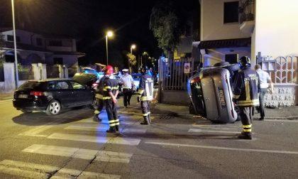 Pauroso schianto a Seregno, auto si ribalta e sfonda la recinzione di una villetta (VIDEO)