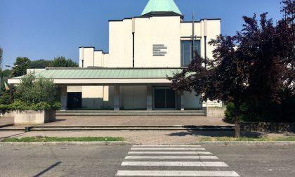 Desio, il sagrato della chiesa di San Pio X alla mercé di fracassoni e vandali