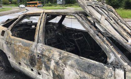 Vimercate, auto a Gpl in fiamme in via Trieste VIDEO