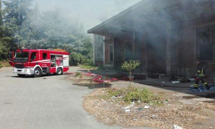 Varedo vasto incendio alla ex Snia, a fuoco capannone – FOTO