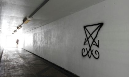 Il sigillo di satana nel sottopasso di via Rota a Monza. Le FOTO