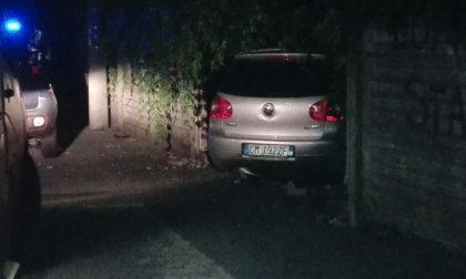 Paura nella notte a Carate: auto centra il muro di cinta di una casa