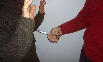 Minaccia con le forbici la famiglia del fratello, uomo in fuga a Lentate