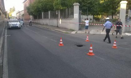 Voragine in via Colombo a Seregno, paura per un automobilista
