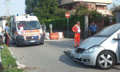 Auto contro un palo a Meda, madre e figlio in ospedale FOTO