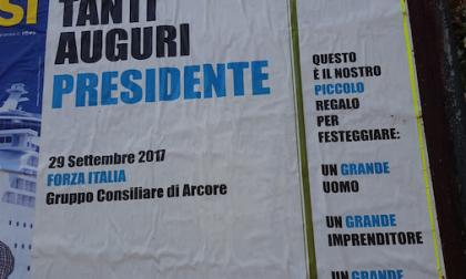 Città tappezzata di manifesti per il compleanno di Berlusconi – FOTO