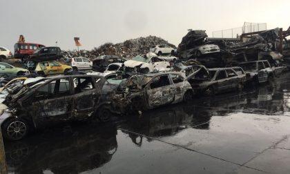 A Desio incendio in un autodemolitore di via Sabotino, bruciate cento auto
