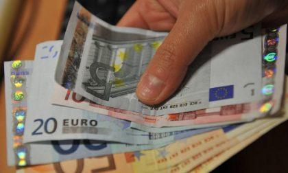 Trova 900 euro a terra e li porta alla Polizia locale: erano di un'anziana