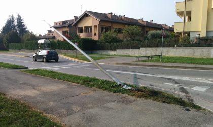 Abbatte un palo in via Verdi e scappa: ritrovata l'auto