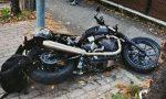 Esce di casa con l'auto e si scontra con la moto