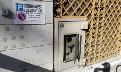 Ladri maldestri fanno esplodere la cassa ma bruciano i contanti
