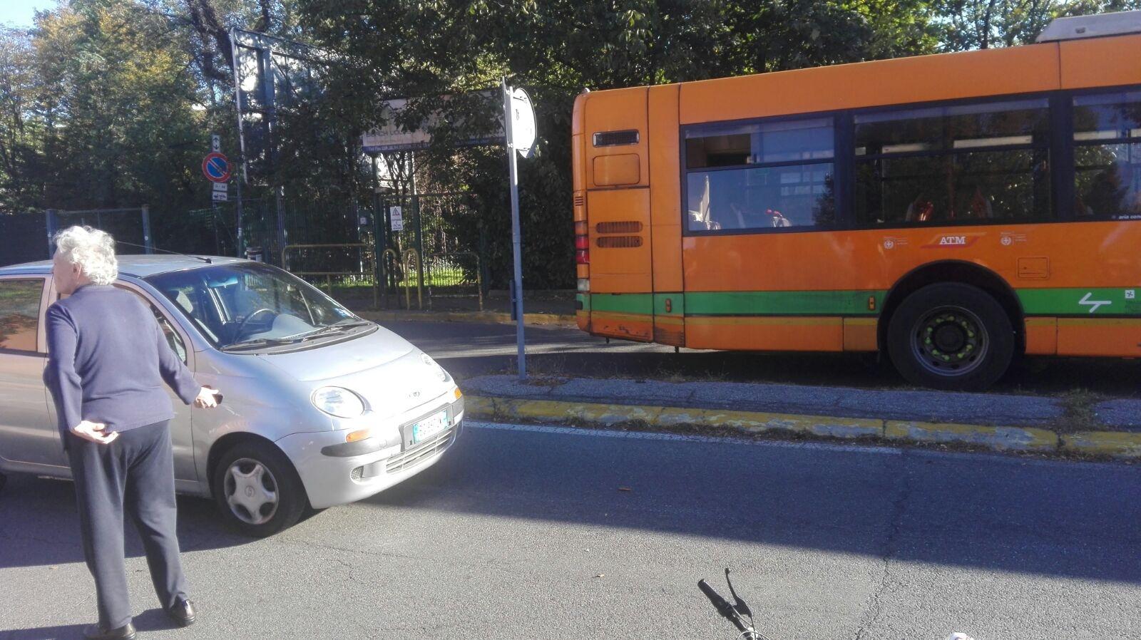 Ciclista investito davanti al San Gerardo, traffico in tilt
