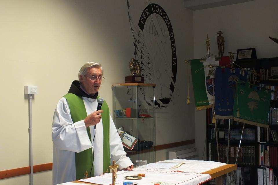 I paracadutisti di Monza ricevono una pergamena da Papa Francesco