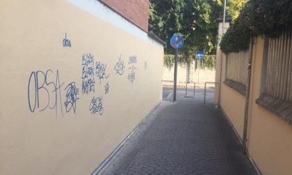 Già imbrattati i muri ripuliti dal sindaco